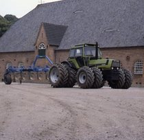 [Deutz] trattore DX 230 al lavoro con aratro