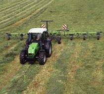 [Deutz-Fahr] trattore Agroplus 60 al lavoro con voltafieno