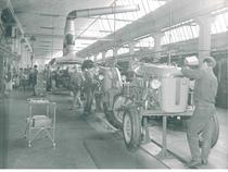 Stabilimento Same - Operai al lavoro alla linea montaggio trattori