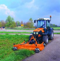 [Deutz-Fahr] trattore Agroplus in veste arancione al lavoro con barra falciante