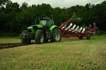 [Deutz-Fahr] trattore Agrotron X 720 al lavoro in campo con aratro, ripuntatore ed erpice
