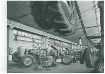 Stabilimento Same - Linea 1 montaggio trattori - Particolare del montaggio ruote sul trattore 360 C