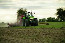 [Deutz-Fahr] trattore Agrotron X 720 al lavoro in campo con ripuntatore, erpice e seminatrice