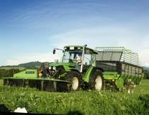 [Deutz-Fahr] trattore Agroplus 70 al lavoro con falciatrice KM 3.23 FS e rimorchio K 7.36