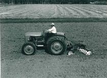 Trattore SAME 450 V a 4 ruote motrici al lavoro con erpice a dischi Badalini