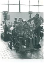 Stabilimento Same - Operaio al lavoro nella sala prova motori