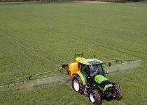 [Deutz-Fahr] trattore Agrotron K 100 al lavoro con irroratore