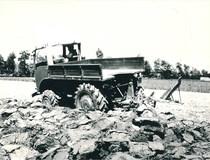 Samecar Agricolo a quattro ruote motrici in lavoro di aratura