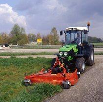 [Deutz-Fahr] trattore Agrocompact al lavoro con falciatrice