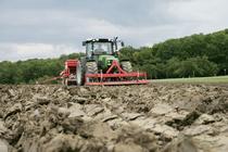 [Deutz-Fahr] trattore Agrofarm 85 al lavoro con rotopressa, aratro, barra falciante ed erpice