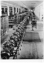 Stabilimento Same - Operai al lavoro alla linea montaggio motori
