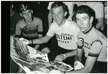 Riunione ciclistica a Bergamo con i corridori Moretti, Gianni Motta e Felice Gimondi
