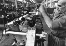 Stabilimento Same - Operaio al lavoro nella Linea di montaggio motori