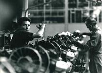 Stabilimento Same - Operai al lavoro nella Linea di montaggio motori