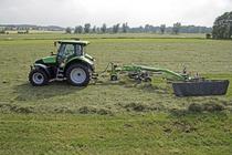[Deutz-Fahr] trattore Agrotron K 100 al lavoro con andanatore