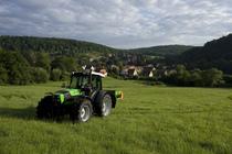 [Deutz-Fahr] trattore Agrofarm 85 al lavoro con spandiconcime