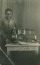 Francesco Cassani, con il modello dell'aereo-idrovolante-auto AIA di sua invenzione