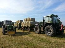 [Deutz-Fahr] trattore serie 06 e trattore Intrac 6.60 Turbo con rimorchi per il trasporto dei covoni