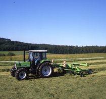 [Deutz-Fahr] trattore Agrostar 4.61 al lavoro con andanatore