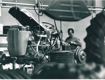 Stabilimento Same - Operaio al lavoro nella Linea di montaggio trattori