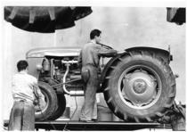 Stabilimento Same - Operai al lavoro nella Linea di montaggio del trattore SAME 450 V