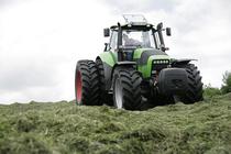 [Deutz-Fahr] trattore Agrotron 265 durante lavori di fienagione