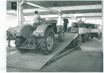Stabilimento Same - Carico di un trattore SAME Ariete per spedizione