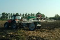 [SAME] trattori serie Iron al lavoro con diverse attrezzature agricole