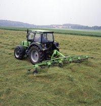 [Deutz-Fahr] trattore DX 4.70 al lavoro con voltafieno