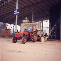 [SAME] trattore Corsaro in lavoro di essiccazione di granoturco