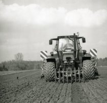 [Deutz-Fahr] trattore Agrostar 6.61 al lavoro con erpice e seminatrice