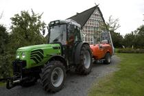 [Deutz-Fhar] trattore Agroplus al lavoro con atomizzatore