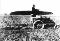 [Deutz] prototipo di trattorino Deutz con aratro avente motore a benzina da 25 CV e ruote anteriore sterzanti