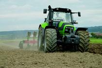 [Deutz-Fahr] trattore Agrotron M al lavoro con aratro