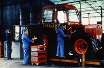 [SAME] operai al lavoro su trattore Centurion 75 Export