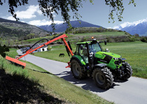 [Deutz-Fahr] trattore Serie 6 Stage 4 (Tier4 Final) al lavoro con barra falciante e caricatore frontale