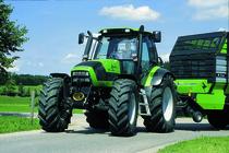 [Deutz-Fahr] trattori serie Agrotron in studio e al lavoro con rimorchio e barra falciante