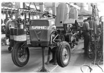 Stabilimento Same - Operai al lavoro nella Linea di montaggio trattori