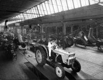 Stabilimento Same - Operai al lavoro nella Linea di montaggio dei trattori Centauro