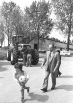 Visita del Cavalier Luigi Lucchini presso un azienda agricola con trattori SAME