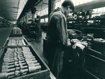 Stabilimento Same - Operaio al lavoro nell'officina meccanica