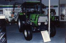 Trattori Deutz-Fahr DX 3.30 e DX 3.50 in esposizione presso un concessionario