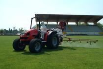 [SAME] trattore Solaris 50 al lavoro con irroratrice in un campo da calcio