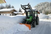 [Deutz-Fahr] trattore Agrokid al lavoro con benna per spalare la neve