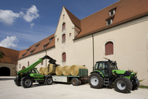 [Deutz-Fahr] trattore Agrotron TTV al lavoro con Agrovector 30.7 durante la movimentazione delle balle di fieno